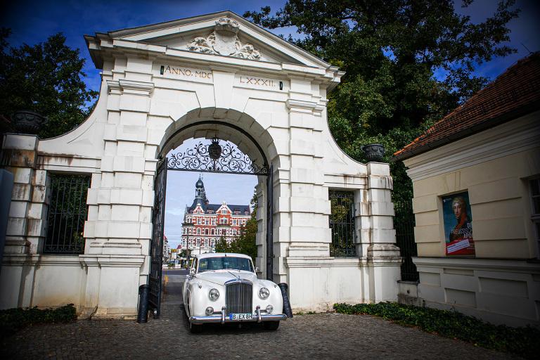 Das Brautauto kommt zur Trauung in Schloss Köpenick
