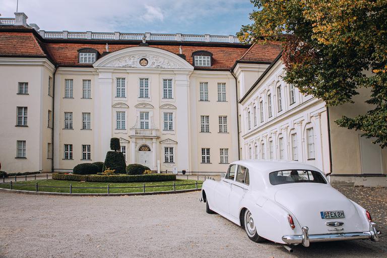 Das Hochzeitsauto kommt zur Trauung in Schloss Köpenick