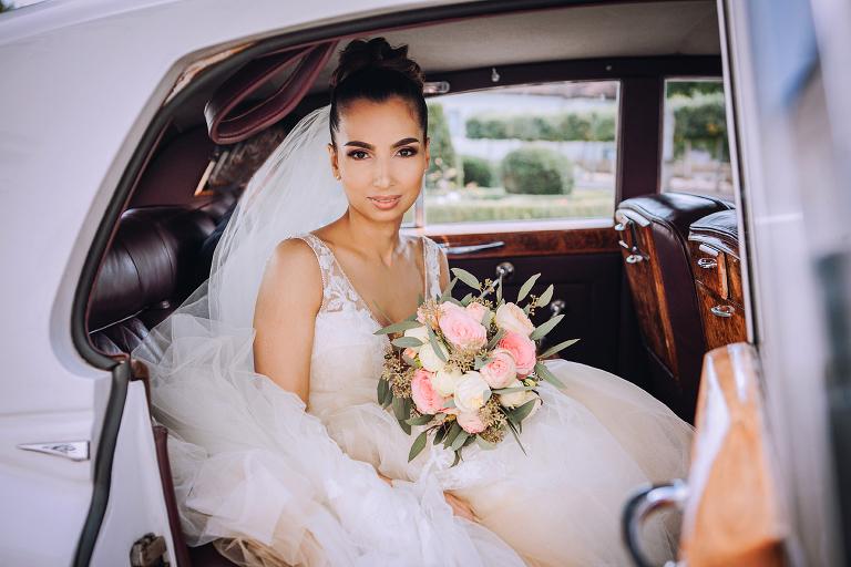 Die Braut vor der Trauung im Hochzeitsauto im Schloss Köpenick
